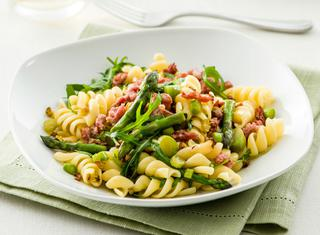 Pasta con rucola, asparagi e salsiccia