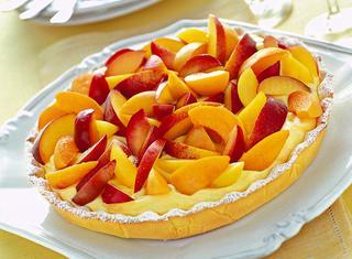 Torta estiva con frutta e crema chantilly