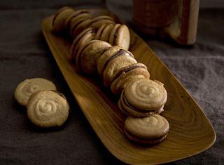 Biscotti senza glutine farciti al cioccolato