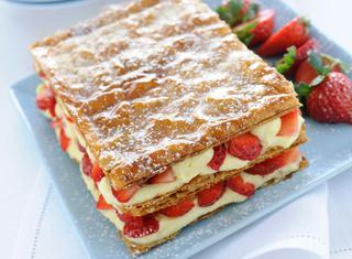 Torta millefoglie con fragole e crema