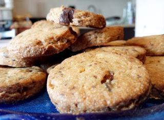 Biscotti alle noci e gocce di cioccolato