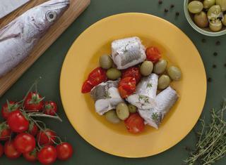 Ricetta: Merluzzo al vapore con olive verdi e pomodorini
