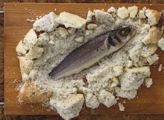 Come preparare la spigola in crosta di sale