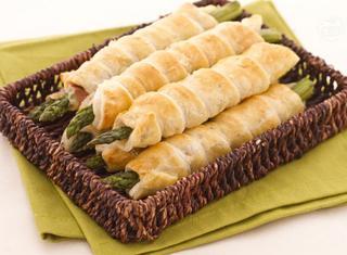 Come preparare gli asparagi in sfoglia con crudo