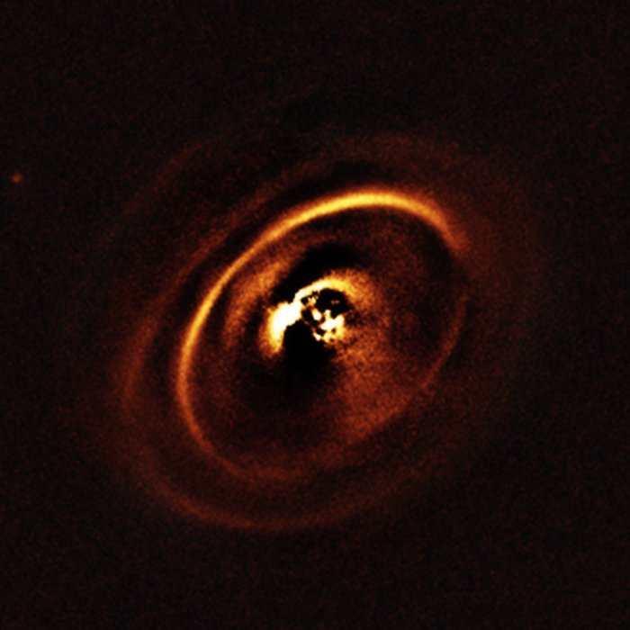 Le disque protoplanétaire observé autour de l'étoile RX J1615 dans la Constellation du Scorpion. On dirait des versions XXL des anneaux de Saturne.