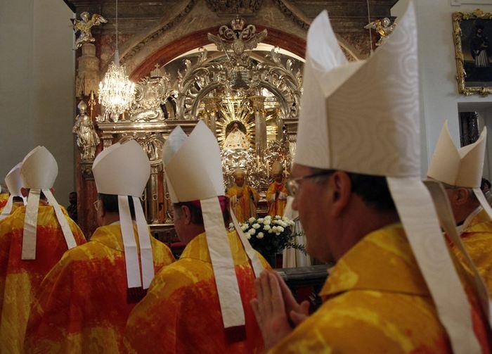 Des évêques autrichiens et slovènes qui participent à une messe à la Basilique de Mariazell le 23 juin 2010. Les évêques autrichiens se sont réuni pour leur conférence annuelle pour discuter des tabous tels que le célibat ou l'éducation des prêtres - Crédit : Leonhard Foeger/Reuters