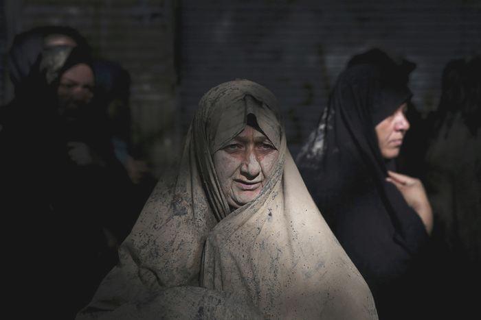 Une musulmane iranienne se commémore la bataille de Karbala pendant l'Ashoura en s'enveloppant de boue - AP Photo/Ebrahim Noroozi