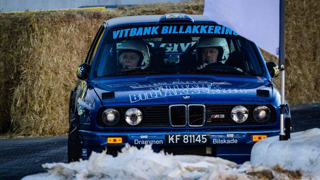 Siv Jensen sitter på med rallysjåfør under Oslo Motor Show 2016.