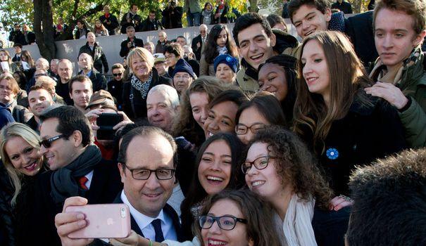 Francois hollande fait un selfie avec des jeunes venus assister aux ceremonies du 11 novembre a paris 5333713