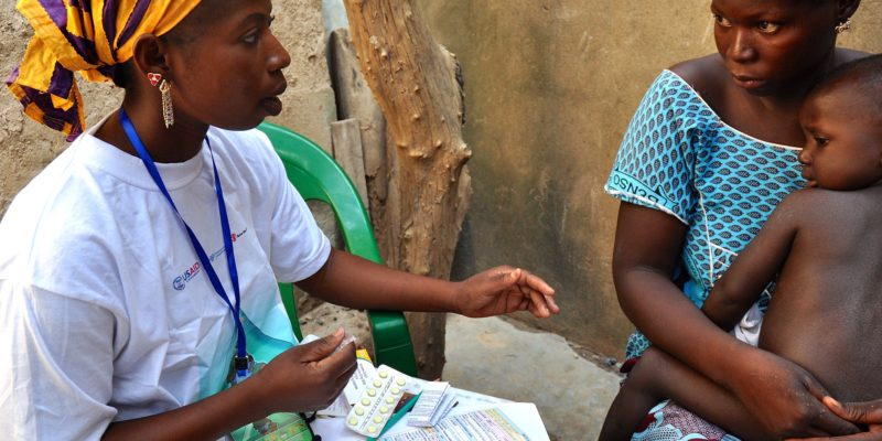 Traitement antipaludique par un agent de santé communautaire à Djénébougou, au Mali. Octobre 2013. © President's Malaria Initiative, Wikimedia Commons