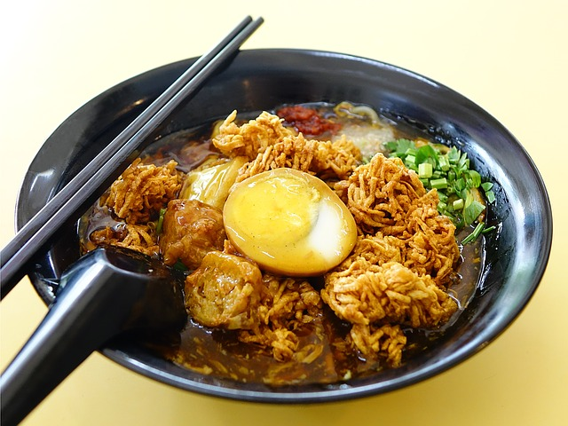 What to do in Singapore - taste Singapore cuisine