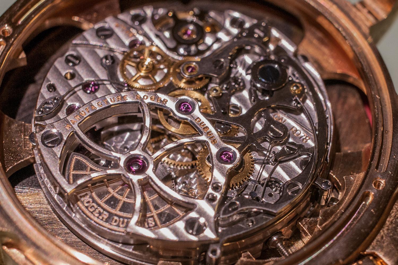Et godt eksempel på god klokkekunst: En Roger Dubuis kronograf som forvillet seg inn på benken min. Jeg ble nektet reservedeler, og Dubuis ble rasende over at jeg i det hele tatt hadde åpnet den rosa gullkassen.