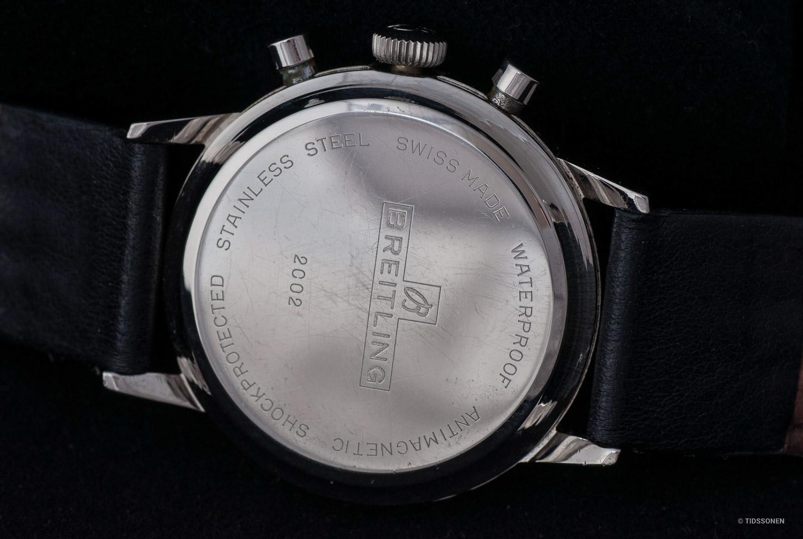 Baksiden av kassen skal ha gravert inn referansenummeret 2002 og Breitling-logoen.