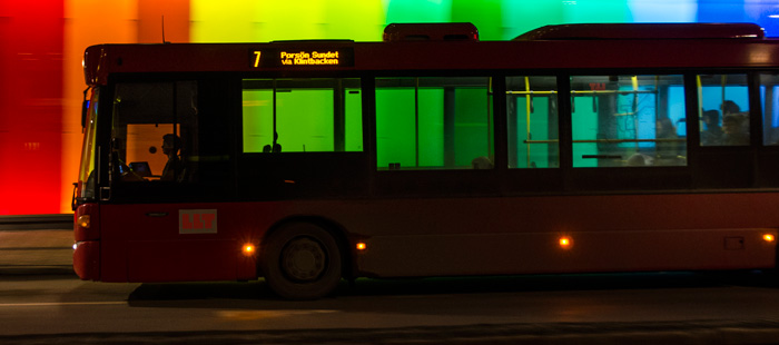 Nattbuss mot regnbågsvägg