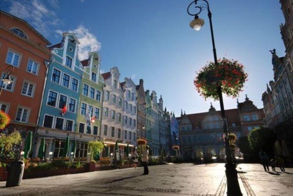 http://s3-eu-west-1.amazonaws.com/tn-640x480.netmedia/gdansk_holland-house-residence_1_2.jpg