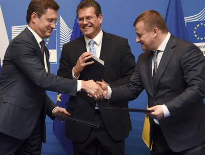 EU energy commissioner Maros Sefcovic, and energy ministers Vladimir Demchyshyn (Ukraine) and Alexander Novak (Russia) shake hands upon signing the deal.