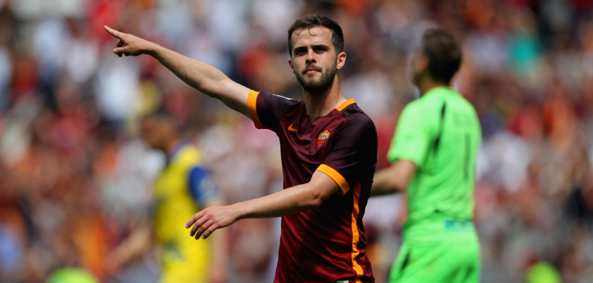 ROME, ITALY - MAY 08:  Miralem Pjanic of AS Roma celebrates after scoring the team's third goal during the Serie A match between AS Roma and AC Chievo Verona at Stadio Olimpico on May 8, 2016 in Rome, Italy.  (Photo by Paolo Bruno/Getty Images)