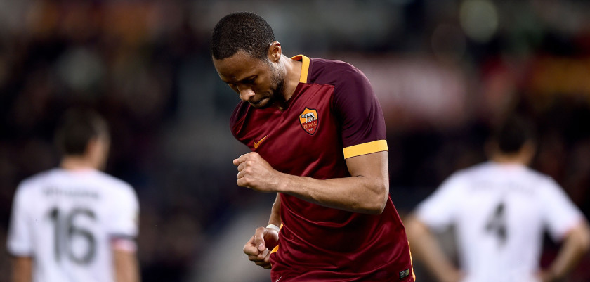 Roma's midfielder from Mali Seydou Keita (C) celebrates after scoring during the Italian Serie A football match Roma vs Palermo at the Olympic Stadium in Rome on February 21, 2016.   / AFP / FILIPPO MONTEFORTE        (Photo credit should read FILIPPO MONTEFORTE/AFP/Getty Images)