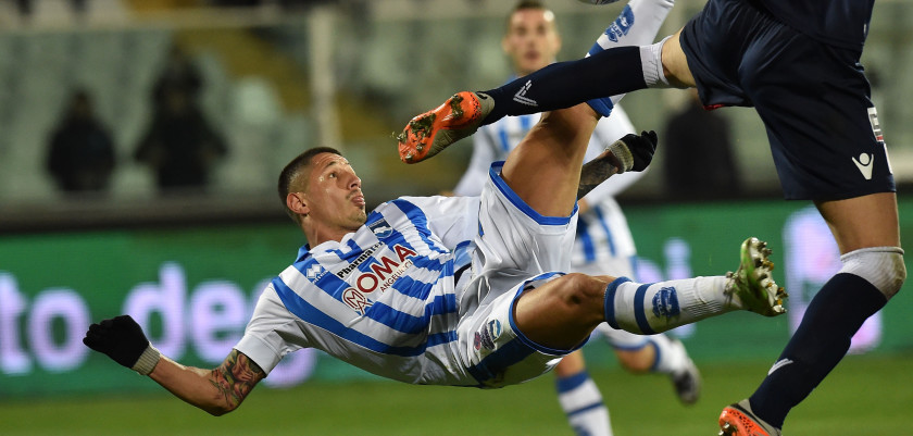 PESCARA, ITALY - FEBRUARY 12:  Gianluca Lapadula of Pescara Calcio scores the goal 1-1 during the Serie B match between Pescara Calcio and Vicenza Calcio at Adriatico Stadium on February 12, 2016 in Pescara, Italy.  (Photo by Giuseppe Bellini/Getty Images)