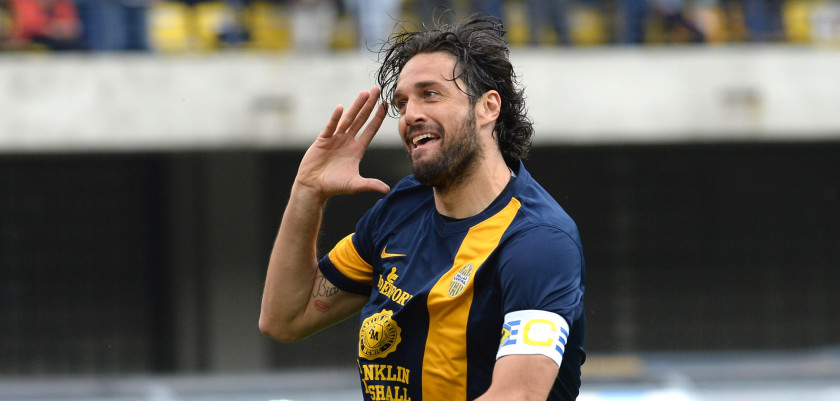 VERONA, ITALY - APRIL 27: Luca Toni of Hellas Verona celebrates after scoring his opening goal during the Serie A match between Hellas Verona FC and Calcio Catania at Stadio Marc'Antonio Bentegodi on April 27, 2014 in Verona, Italy.  (Photo by Dino Panato/Getty Images)