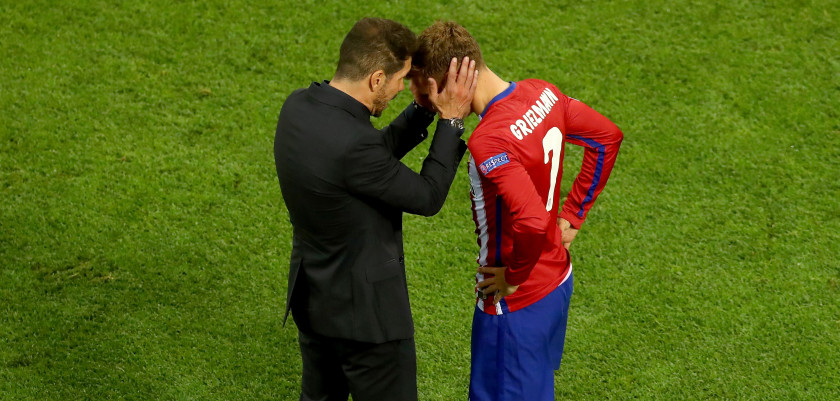 MILAN, ITALY - MAY 28: Antoine Griezmann of Atletico Madrid speaks to head coach Diego Simeone during the UEFA Champions League Final match between Real Madrid and Club Atletico de Madrid at Stadio Giuseppe Meazza on May 28, 2016 in Milan, Italy.  (Photo by Dean Mouhtaropoulos/Getty Images)