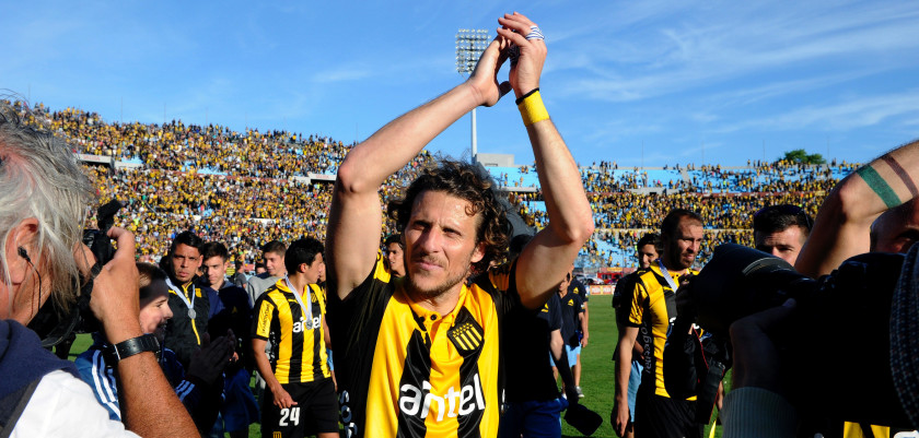 Uruguayan footballer Diego Forlan acknowledges the public after Penarol defeated Juventud 1-0 to win the Apertura football tournament, at the Centenario stadium in Montevideo, on December 6, 2015.  AFP PHOTO / MIGUEL ROJO / AFP / MIGUEL ROJO        (Photo credit should read MIGUEL ROJO/AFP/Getty Images)