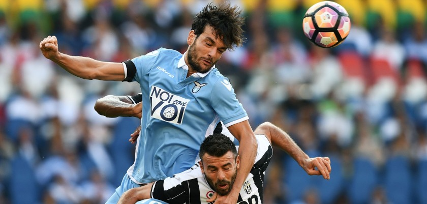 Lazio's Italian midfielder Marco Parolo (L) vies for the ball with Juventus' Italian defender Andrea Barzagli during the Serie A football match Lazio versus Juventus at the Olympic stadium in Rome on August 27, 2016. / AFP / VINCENZO PINTO        (Photo credit should read VINCENZO PINTO/AFP/Getty Images)