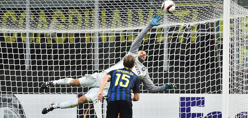 Inter Milan's Slovenian goalkeeper Samir Handanovic blocks a shot on goal during the Europa League group K football match between Inter and Southampton at the San Siro Stadium in Milan on October 20, 2016. / AFP / GIUSEPPE CACACE        (Photo credit should read GIUSEPPE CACACE/AFP/Getty Images)