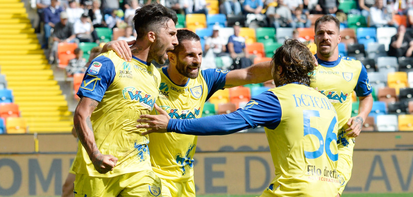 UDINE, ITALY - SEPTEMBER 18:  Lucas Castro of AC ChievoVerona celebrates with his team mate's after scoring  his team's first goal during the Serie A match between Udinese Calcio and AC ChievoVerona at Stadio Friuli on September 18, 2016 in Udine, Italy.  (Photo by Dino Panato/Getty Images)