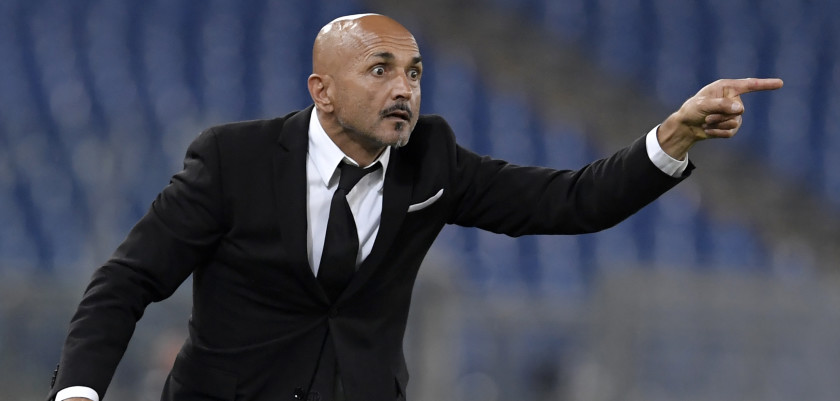 AS Roma's coach Luciano Spalletti gestures during the Italian Serie A football match AS Roma vs Inter Milan at the Olympic Stadium in Rome on October 2, 2016.  / AFP / TIZIANA FABI        (Photo credit should read TIZIANA FABI/AFP/Getty Images)