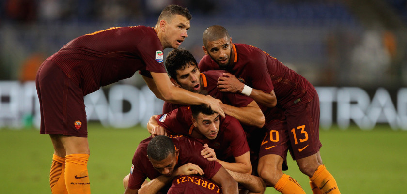ROME, ITALY - OCTOBER 02:  Kostas Manolas with his teammates of AS Roma celebrates after scoring the team's second goal during the Serie A match between AS Roma and FC Internazionale at Stadio Olimpico on October 2, 2016 in Rome, Italy.  (Photo by Paolo Bruno/Getty Images )