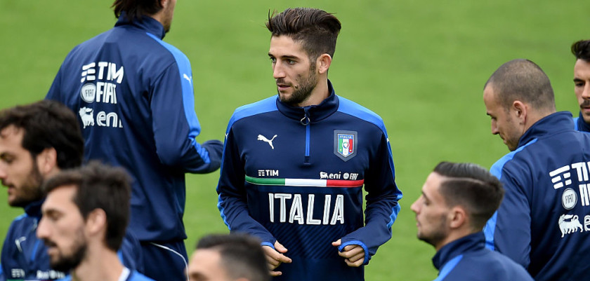 FLORENCE, ITALY - NOVEMBER 08:  Roberto Gagliardini of Italy (C) in action during the training session at the club's training ground at Coverciano on November 8, 2016 in Florence, Italy.  (Photo by Claudio Villa/Getty Images)