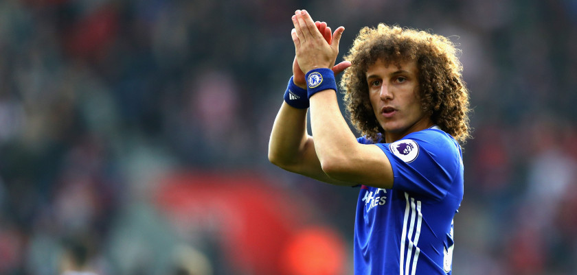 SOUTHAMPTON, ENGLAND - OCTOBER 30: David Luiz of Chelsea shows appreciation to the fans prior to kick off during the Premier League match between Southampton and Chelsea at St Mary's Stadium on October 30, 2016 in Southampton, England.  (Photo by Clive Rose/Getty Images)