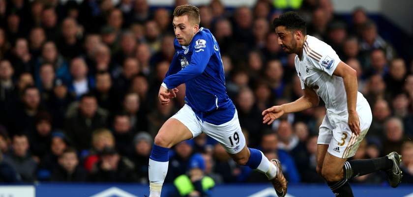 LIVERPOOL, ENGLAND - JANUARY 24:  Gerard Deulofeu of Everton runs with the ball under pressure from Neil taylor of Swansea City during the Barclays Premier League match between Everton and Swansea City at Goodison Park on January 24, 2016 in Liverpool, England.  (Photo by Clive Brunskill/Getty Images)