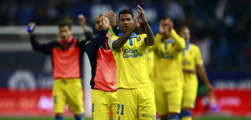 MADRID, SPAIN - DECEMBER 17: Jonathan Viera of UD Las Palmas greets the audience with his teammates after the La Liga match between Club Atletico de Madrid and UD Las Palmas at Vicente Calderon Stadium on December 17, 2016 in Madrid, Spain. (Photo by Gonzalo Arroyo Moreno/Getty Images)
