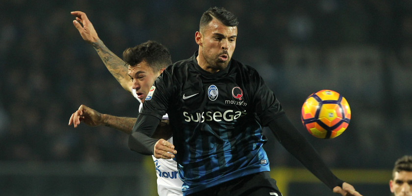 BERGAMO, ITALY - JANUARY 22:  Andrea Petagna (R) of Atalanta BC competes for the ball with Pedro Miguel Pereira (L) of UC Sampdoria during the Serie A match between Atalanta BC and UC Sampdoria at Stadio Atleti Azzurri d'Italia on January 22, 2017 in Bergamo, Italy.  (Photo by Marco Luzzani/Getty Images)
