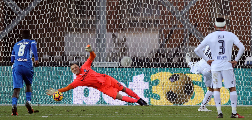 EMPOLI, ITALY - DECEMBER 17: Joao Pedro dos Santos of Cagliari Calcio misses while Lukasz Skorupski of Empoli FC saves the penalty during the Serie A match between Empoli FC and Cagliari Calcio at Stadio Carlo Castellani on December 17, 2016 in Empoli, Italy.  (Photo by Gabriele Maltinti/Getty Images)