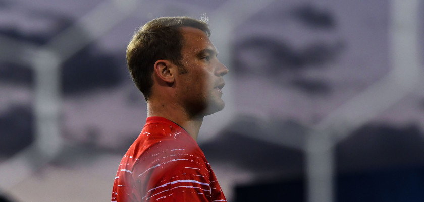 MADRID, SPAIN - SEPTEMBER 28:  Manuel Neuer of FC Bayern Muenchen looks on during the warm up prior to the UEFA Champions League Group D match between Club Atletico de Madrid and FC Bayern Muenchen at Vicente Calderon Stadium on September 28, 2016 in Madrid, Spain.  (Photo by David Ramos/Getty Images)