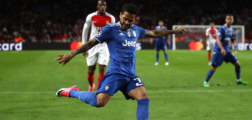 MONACO - MAY 03: Dani Alves of Juventus in action during the UEFA Champions League Semi Final first leg match between AS Monaco v Juventus at Stade Louis II on May 3, 2017 in Monaco, Monaco.  (Photo by Julian Finney/Getty Images)