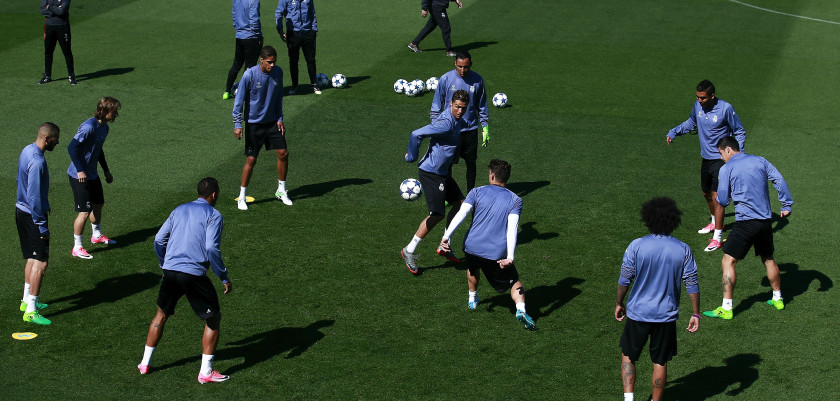 MADRID, SPAIN - MAY 01: Cristiano Ronaldo of Real Madrid CF excersises with his teammates druing a training session ahead of the UEFA Champions League Semifinal First leg match between Real Madrid CF and Club atletico de Madrid at Valdebebas training ground on May 1, 2017 in Madrid, Spain.  (Photo by Gonzalo Arroyo Moreno/Getty Images)