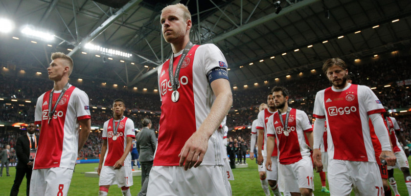 STOCKHOLM, SWEDEN - MAY 24:  Davy Klaassen of Ajax and his team mates leave the pitch looking dejected following defeat in the UEFA Europa League Final between Ajax and Manchester United at Friends Arena on May 24, 2017 in Stockholm, Sweden.  (Photo by Dean Mouhtaropoulos/Getty Images)