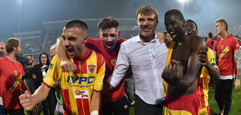 BENEVENTO, ITALY - JUNE 08:  Players of Benevento Calcio celebrate the victory with their coach Marco Baroni after the Serie B Play off Final match between Benevento Calcio and Carpi FC at Stadio Ciro Vigorito on June 8, 2017 in Benevento, Italy.  (Photo by Giuseppe Bellini/Getty Images)