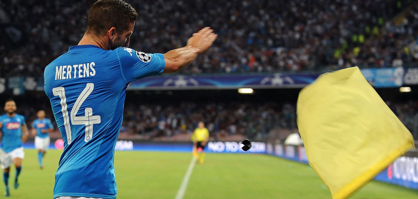 NAPLES, ITALY - AUGUST 16:  Dries Mertens of SSC Napoli celebrates after scoring goal 1-0 during the UEFA Champions League Qualifying Play-Offs Round First Leg match between SSC Napoli and OGC Nice at Stadio San Paolo on August 16, 2017 in Naples, Italy.  (Photo by Francesco Pecoraro/Getty Images)