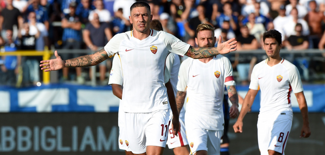 BERGAMO, ITALY - AUGUST 20:  Aleksandar Kolarov of AS Roma celebrates his first goal during the Serie A match between Atalanta BC and AS Roma at Stadio Atleti Azzurri d'Italia on August 20, 2017 in Bergamo, Italy.  (Photo by Pier Marco Tacca/Getty Images)