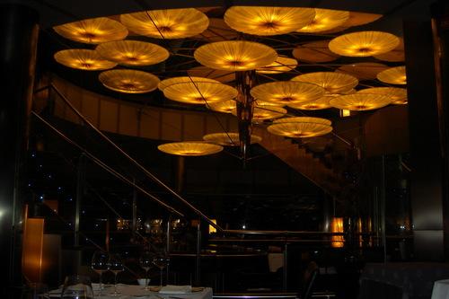 Restaurante Submarino Oceanogràfic (Valencia) La lampara central, ocupa casi toda la sala. Impresionante