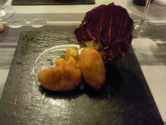 Albóndigas de bacalao hechas en casa, sobre pisto de calabaza y menta, y falso alioli de limón y hierbabuena