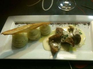 atambre de ternera del Valle del Esla confitado en aceite de oliva virgen extra y salsa de queso Extramuros