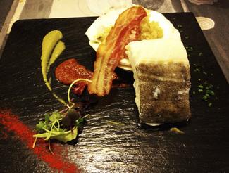Lomo de bacalao de Islandia sobre veloute de tirabeques y cremoso de sobrasada