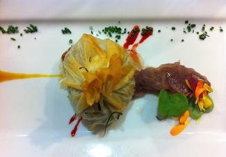 Confit de Pato en Crujiente Philo con Relleno de Brie de Meaux y Macadamia y Cremoso de Fruta de la Pasión y Marsala