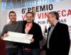 Roberto Santana recogiendo el cheque como ganador del concurso de Vila Viniteca